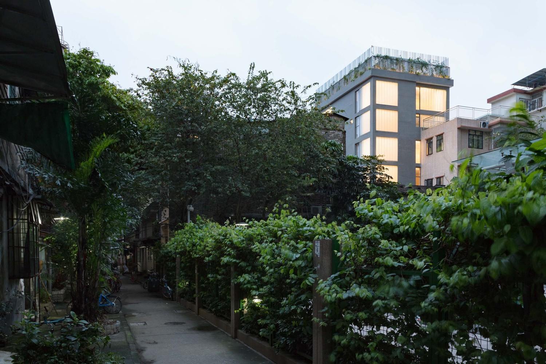 不远民宿客厅采用了磨砂U玻外墙,与周遭邻里和谐共居.jpg