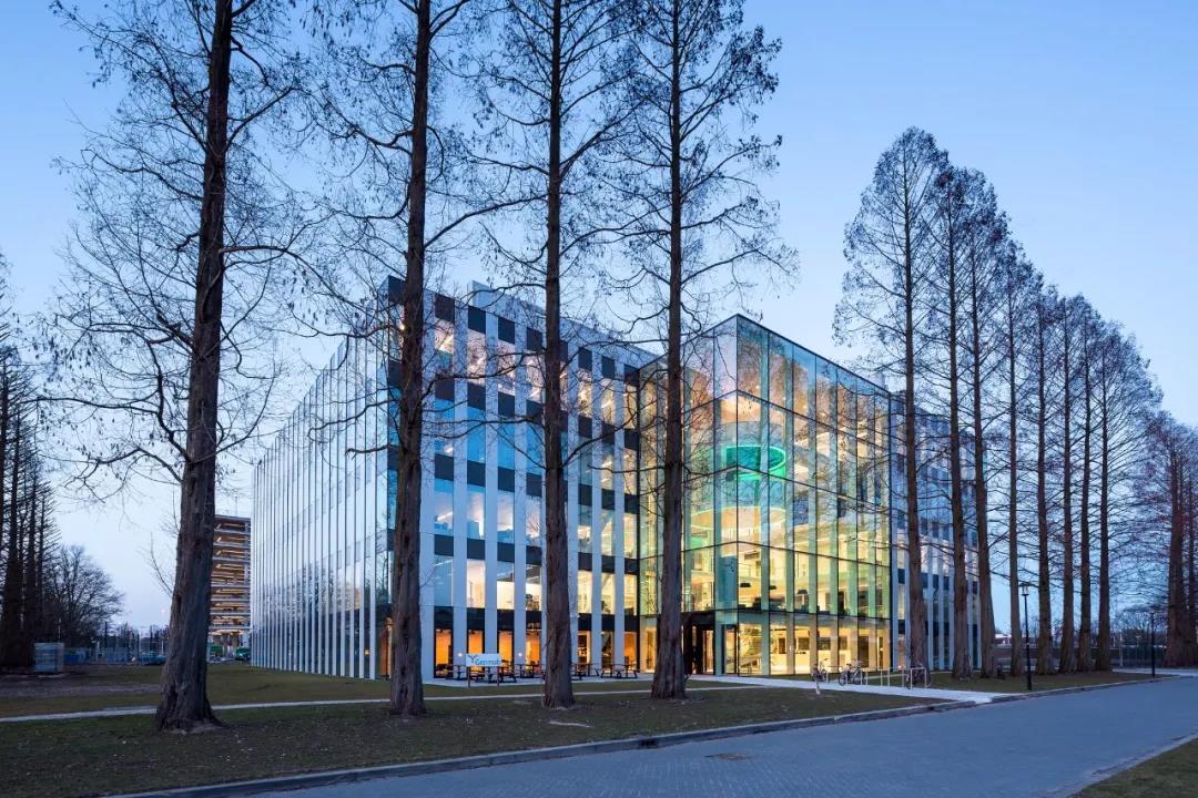 简洁、精美的开放式办公楼建筑,具有可持续的阳光